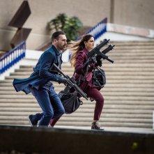 Baby Driver - Il genio della fuga: Jon Hamm ed Eiza Gonzalez in una scena del film