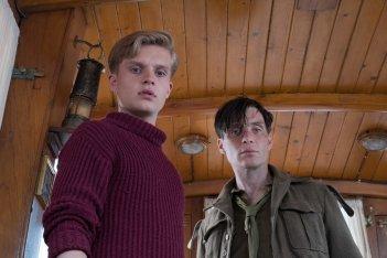 Dunkirk: Cillian Murphy e Tom Glynn-Carney in una scena del film