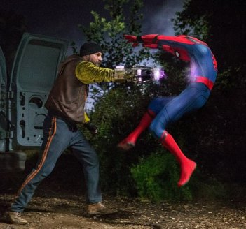 Spider-Man Homecoming - Logan Marshall-Green e Tom Holland in una scena