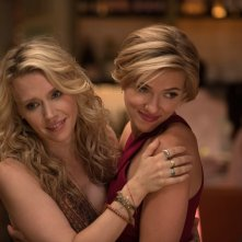 Crazy Night - Festa col morto: Scarlett Johansson e Kate McKinnon in una scena del film