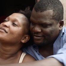 Félicité: Véro Tshanda Beya Mputu e Papi Mpaka in un momento del film