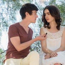 Fino all'osso: Alex Sharp e Lily Collins in una scena del film di Marti Noxon