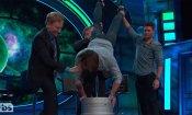 Jared Padalecki, birra a testa in giù per il compleanno della star di Supernatural (VIDEO)