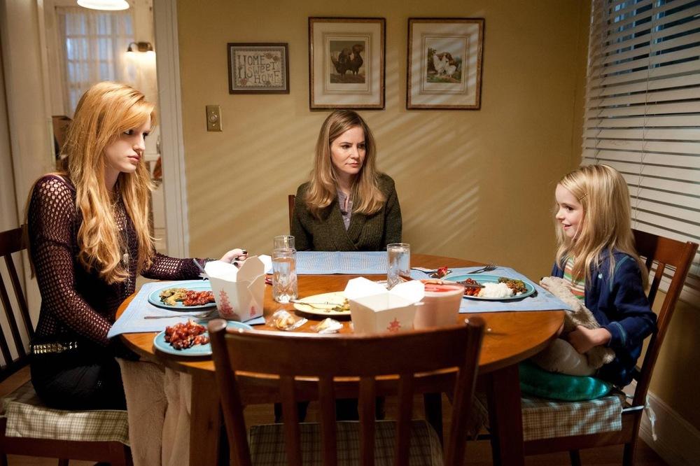 Amityville - Il risveglio: Bella Thorne, Jennifer Jason Leigh e McKenna Grace in una scena del film