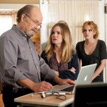 Amityville - Il risveglio: Bella Thorne, Jennifer Jason Leigh e Kurtwood Smith in una scena del film