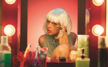 Brutti e cattivi: Sara Serraiocco in una scena del film