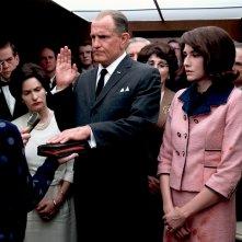 LBJ: Woody Harrelson e Kim Allen durante la scena del giuramento