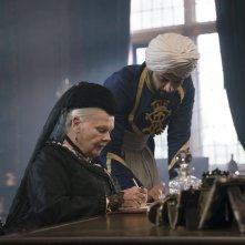 Vittoria e Abdul: Judi Dench e Ali Fazal in una scena del film