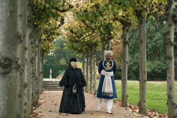 Vittoria e Abdul: Judi Dench e Ali Fazal in un momento del film