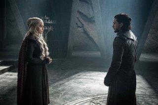 Il trono di spade: Emilia Clarke con Kit Harington in una scena dell'episodio La giustizia della Regina
