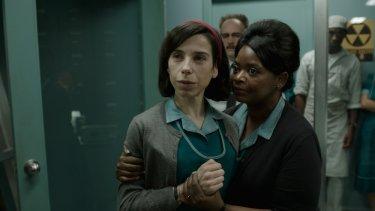 The Shape of Water: Sally Hawkins e Octavia Spencer in una scena del film