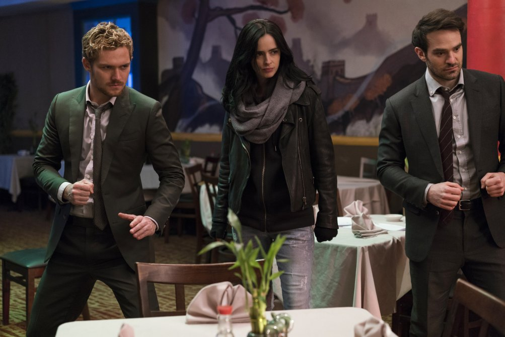 The Defenders: Finn Jones, Krusten Ritter e Charlie Cox in una scena