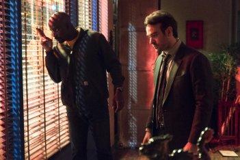 The Defenders: Mike Colter e Charlie Cox durante una scena