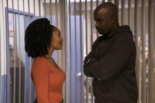 The Defenders: Mike Colter e Simone Missick in una scena