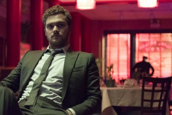 The Defenders: Finn Jones durante una scena