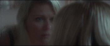 Woodshock: Kirsten Dunst si guarda allo specchio in una scena del film