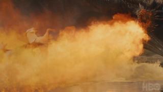Il trono di spade: Drogon fa strage di nemici in The Spoils of War