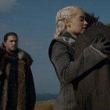 Il trono di spade: Kit Harington ed Emilia Clarke in una scena dell'episodio Forte Orientale