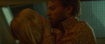 Woodshock: Kirsten Dunst e Pilou Asbæk in una scena del film