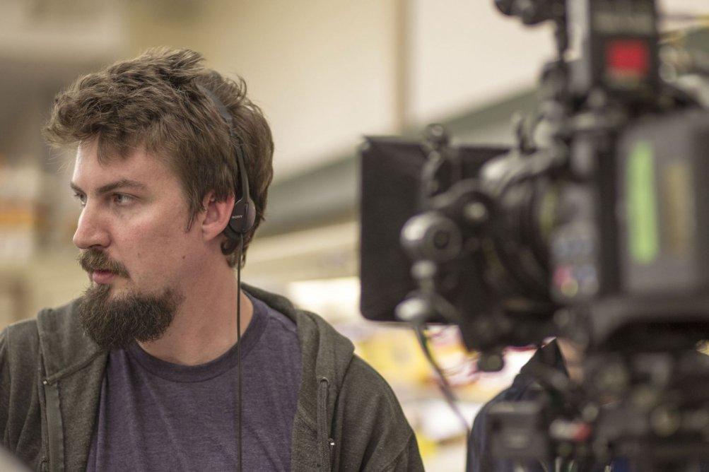 Una foto che ritrae Adam Wingard al lavoro sul set