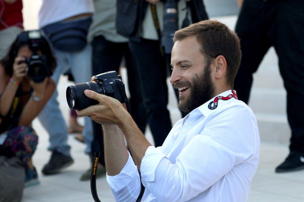 Venezia 2017: Alessandro Borghi scherza con i fotografi