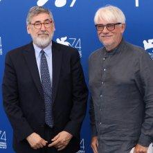 Venezia 2017: uno scatto di John Landis e Ricky Tognazzi al photocall delle giurie