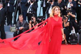 Venezia 2017: Greta Scarano sul red carpet inaugurale