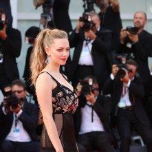 Venezia 2017: Amanda Seyfried posa sul red carpet di First Reformed