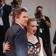 Venezia 2017: Ethan Hawk e Amanda Seyfried sul red carpet di First Reformed