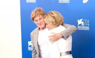 Venezia 2017: un abbraccio tra Jane Fonda e Robert Redford al photocall di Our Souls at Night