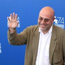 Venezia 2017: un sorridente Paolo Virzì al photocall di Ella & John