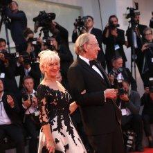 Venezia 2017: Donald Sutherland ed Helen Mirren camminano sul red carpet di Ella & John