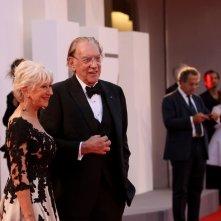 Venezia 2017: Helen Mirren e Donald Sutherland posano sul red carpet di Ella & John