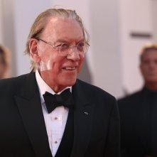 Venezia 2017: Donald Sutherland sul red carpet di Ella & John