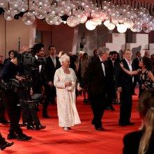 Venezia 2017: uno scatto di Judi Dench sul red carpet di Vittoria e Abdul