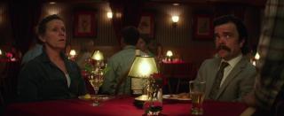 Tre manifesti a Ebbing, Missouri: Frences McDormand e Peter Dinklage in una scena del film di Martin McDonagh