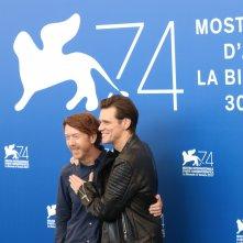 Venezia 2017: Jim Carrey e Chris Smith al photocall di Jim & Andy: The Great Beyond.