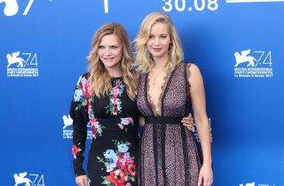 Venezia 2017: uno scatto di Michelle Pfeiffer e Jennifer Lawrence al photocall di Madre!