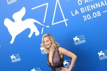 Venezia 2017: Jennifer Lawrence in posa al photocall di Madre!