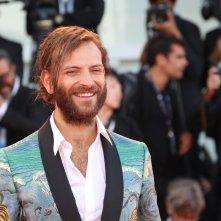 Venezia 2017: un sorridente Alessandro Borghi sul red carpet di Madre!