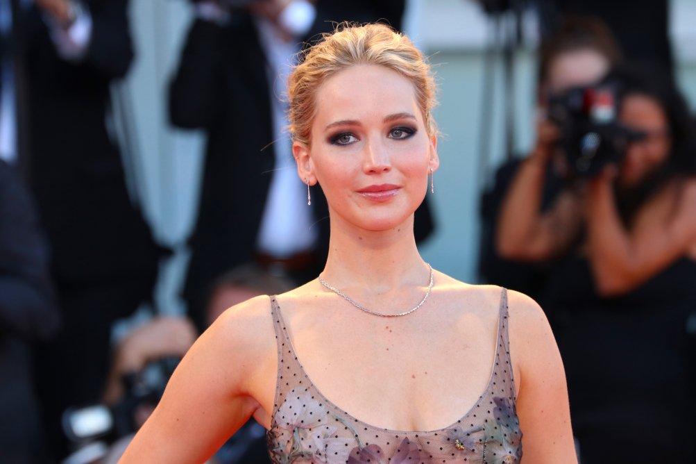 Venezia 2017: Jennifer Lawrence sul red carpet di Madre!