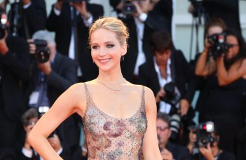 Venezia 2017: una sorridente Jennifer Lawrence sul red carpet di Madre!