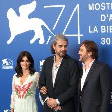 Venezia 2017: Javier Bardem, Penélope Cruz e Fernando León de Aranoa al photocall di Loving Pablo