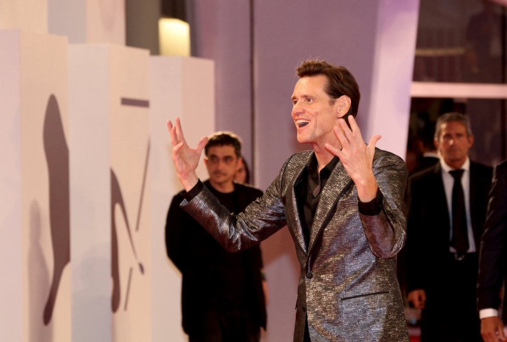 Venezia 2017: Jim Carrey scherza sul red carpet di Jim & Andy: The Great Beyond.