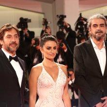 Venezia 2017: Javier Bardem, Penélope Cruz, Fernando León de Aranoa in posa sul red carpet di Loving Pablo