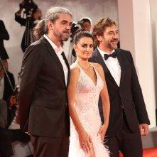 Venezia 2017: Javier Bardem, Penélope Cruz, Fernando León de Aranoa sul red carpet di Loving Pablo