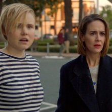 American Horror Story: Alison Pill e Sarah Paulson in una scena della serie