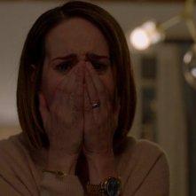 American Horror Story: una Sarah Paulson sconvolta in un momento della settima stagione della serie