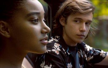 Noi siamo tutto: Amandla Stenberg e Nick Robinson in un momento del film