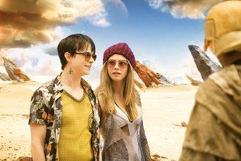 Valerian e la città dei mille pianeti: Cara Delevingne e Dane DeHaan in una scena del film
